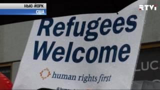 Резиновые лодки на Уолл стрит  в Нью Йорке прошла акция в защиту беженцев