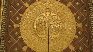 ما هي ابواب المسجد النبوي في حياته صلى الله عليه و اله وسلم و كم عددها الان؟