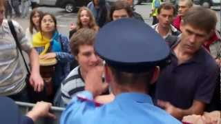 Міліціонер вдарив учасника мітингу в обличчя