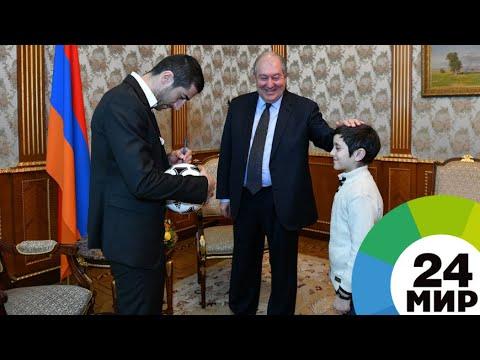 Школьник пообщался с лучшим футболистом Армении Генрихом Мхитаряном - МИР 24
