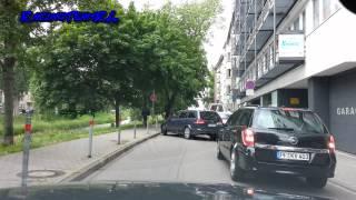 Kleine Fiat 500 ausfahrt zugeparkt lol^^ Mann kommt ohne Hilfe nicht Raus