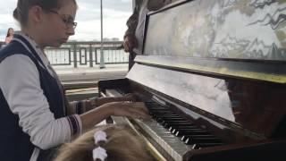 Девочка красиво играет на пианино на Набережной