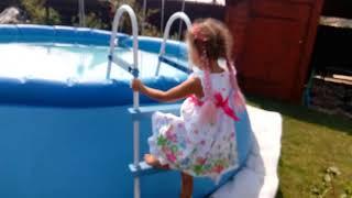 Русалочка идёт в бассейн