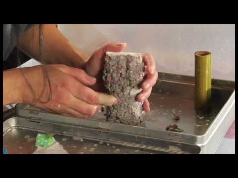How to use waste paper pulp to sculpt a flower vase.
