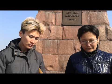 Жанар Секербаева читает стихи у памятника Абаю