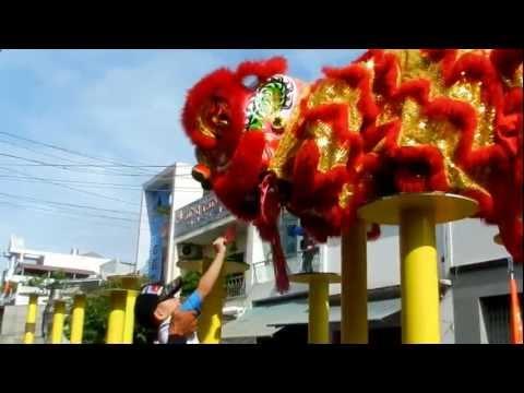 DSCN2875Minh Khang xem múa lân