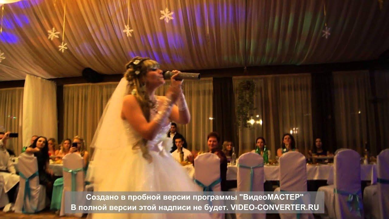 Невеста поёт на свадьбе для папы