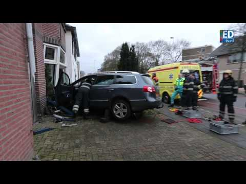Auto ramt huis op Blaarthemseweg in Eindhoven