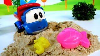 Léo o caminhão se diverte na caixa de areia! Léo o caminh...