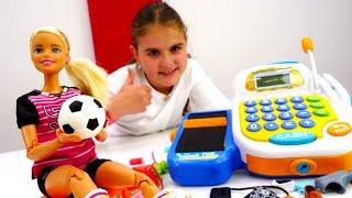 Видео для девочек - Барби играет в футбол - Игры одевалки