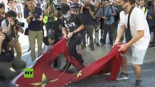 Manifestantes de Hong Kong profanan la bandera de China y saquean un centro comercial