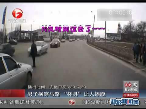 外國男子想亂過馬路, 點知好多車, 最後無奈行返去等綠燈