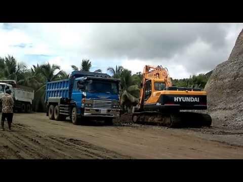 HYUNDAI R220-9LC loading materials on to HINO Dumptruck
