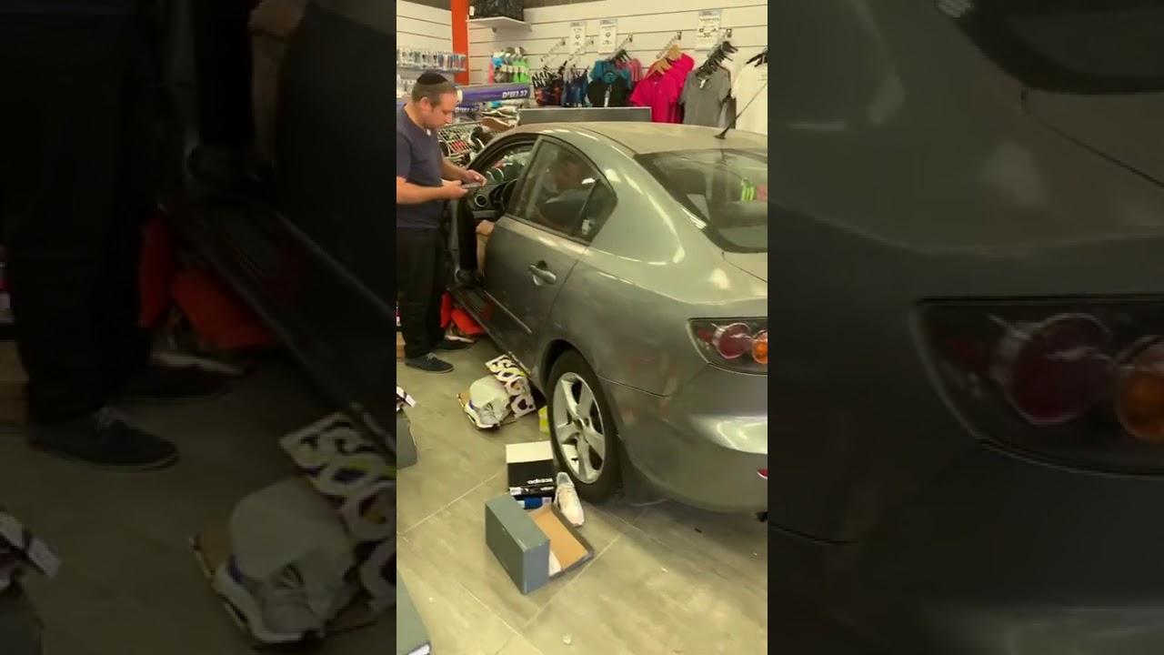 נהג בן 80 איבד שליטה על רכבו – ודהר לתוך חנות ספורט