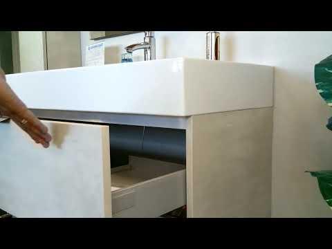 Mobile da bagno moderno sospeso effetto legno chiaro con lavabo XXL e finiture nere 95 cm.