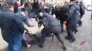 ОМОН в Петербурге бьет протестующих дубинками: видео жестких задержаний