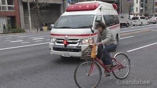 緊急走行中に左折しようとした救急車の進路を妨げるように、サイレンと...
