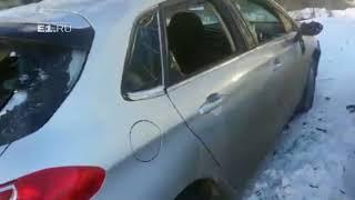 В Екатеринбурге рано утром двое крепких парней разбили автомобиль
