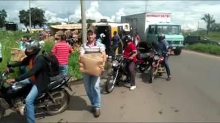 Populares saqueiam carga de caminhão que tombou no Anel Viário