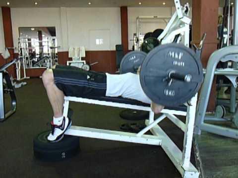 Exercice de musculation des pectoraux : le développé couché décliné - YouTube
