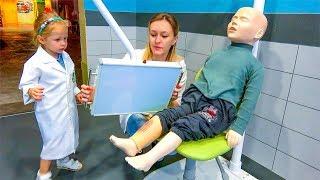 لعب دور للأطفال في مركز اللعب التفاعلي في الهواء الطلق للأطفال