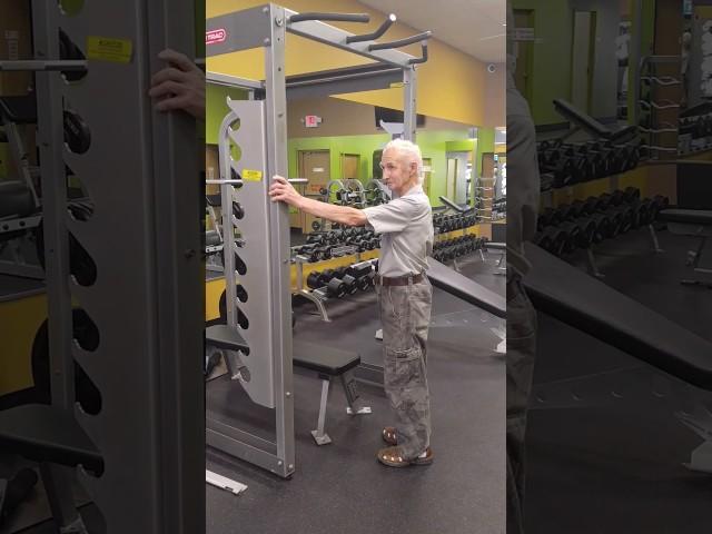 Este anciano de 90 años realiza 20 dominadas como si nada
