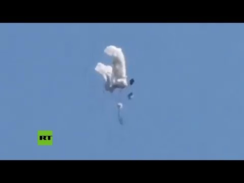 Lucha de forma desesperada por su vida mientras cae al vacío tras fallarle su paracaídas