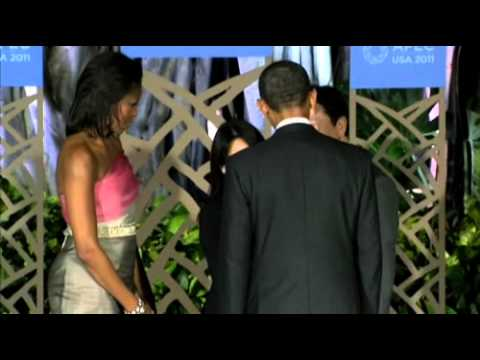 President Obama and First Lady greet guests at APEC dinner