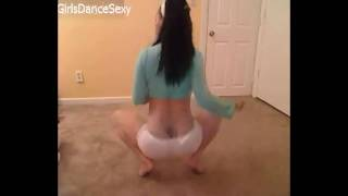 Прикольная девочка в белых шортиках танцует СОЧНО!!!