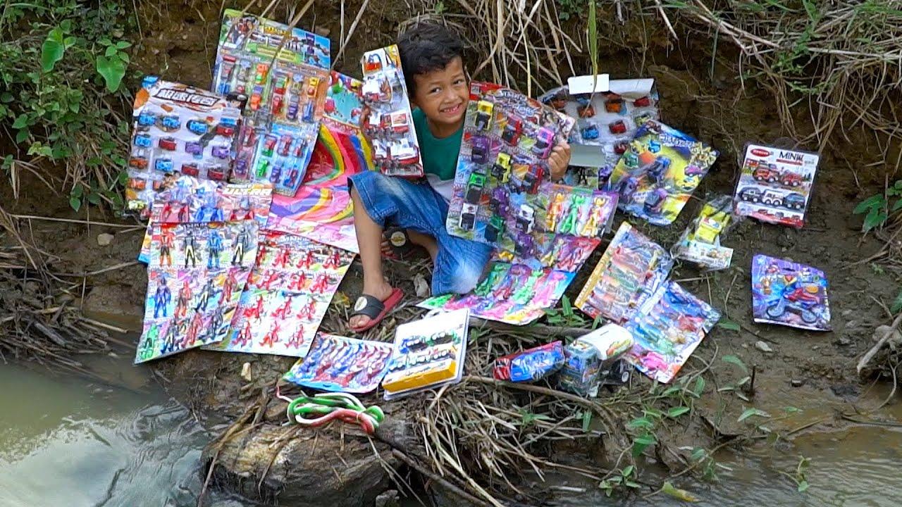 Penjual mainan di sungai murah murah ultraman, mobil, excavator, avenger, iron man