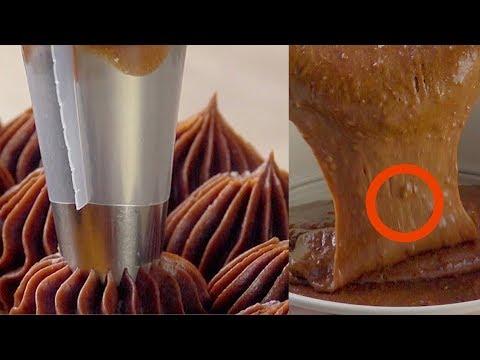 Exprime las frutas calientes a través del colador. El resultado se derretirá en tu boca