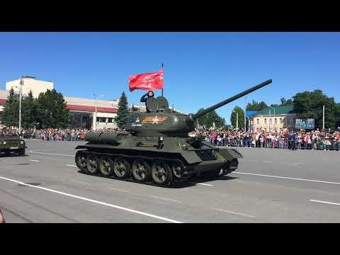 Фрагмент парада на площади Кирова в день города