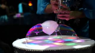 Шоу мыльных пузырей на светящемся столе