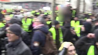 Gilets Jaunes : Les antifa attaquent un royaliste pendant la manifestation parisienne.