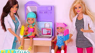 Barbie Doctor saves twins dolls Annabel & Chelsea horse accident in park - Barbie-Arzt