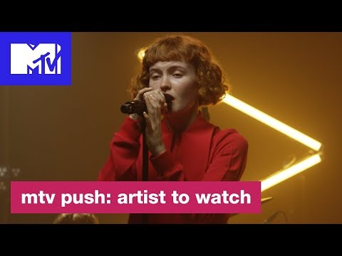 "Kacy Hill Performs ""Hard to Love"" 