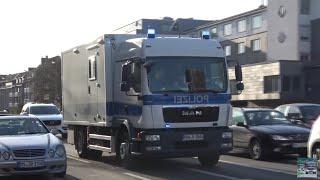 [PKW in Menschenmenge]Einsatzfahrten zum Anschlag in  Münster