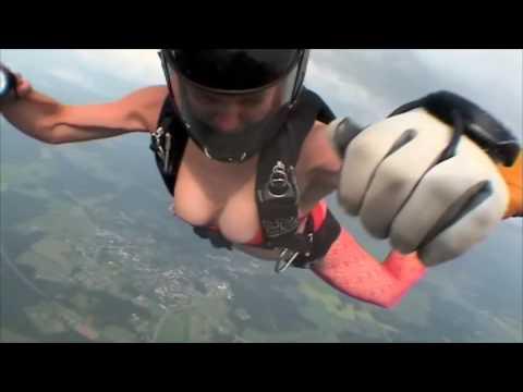 一群女人穿着比基尼跳伞..