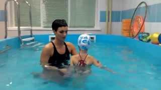 Ребенок плавает с 4 лет, 5 занятие с инструктором в бассейне