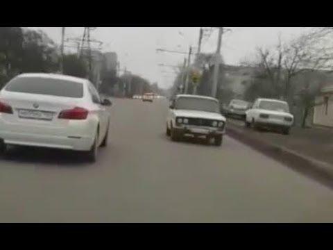 """ВАЗ-2106 """"Шестерка"""" едет задом наперед в Ставрополе"""