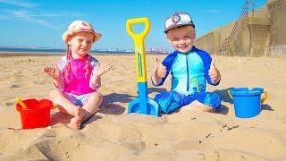 Alex y Gaby pasaron un día divertido en la playa! Jugar con arena y otros juguetes para niños