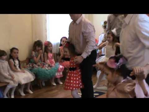 Видео танец пап с дочками скачать
