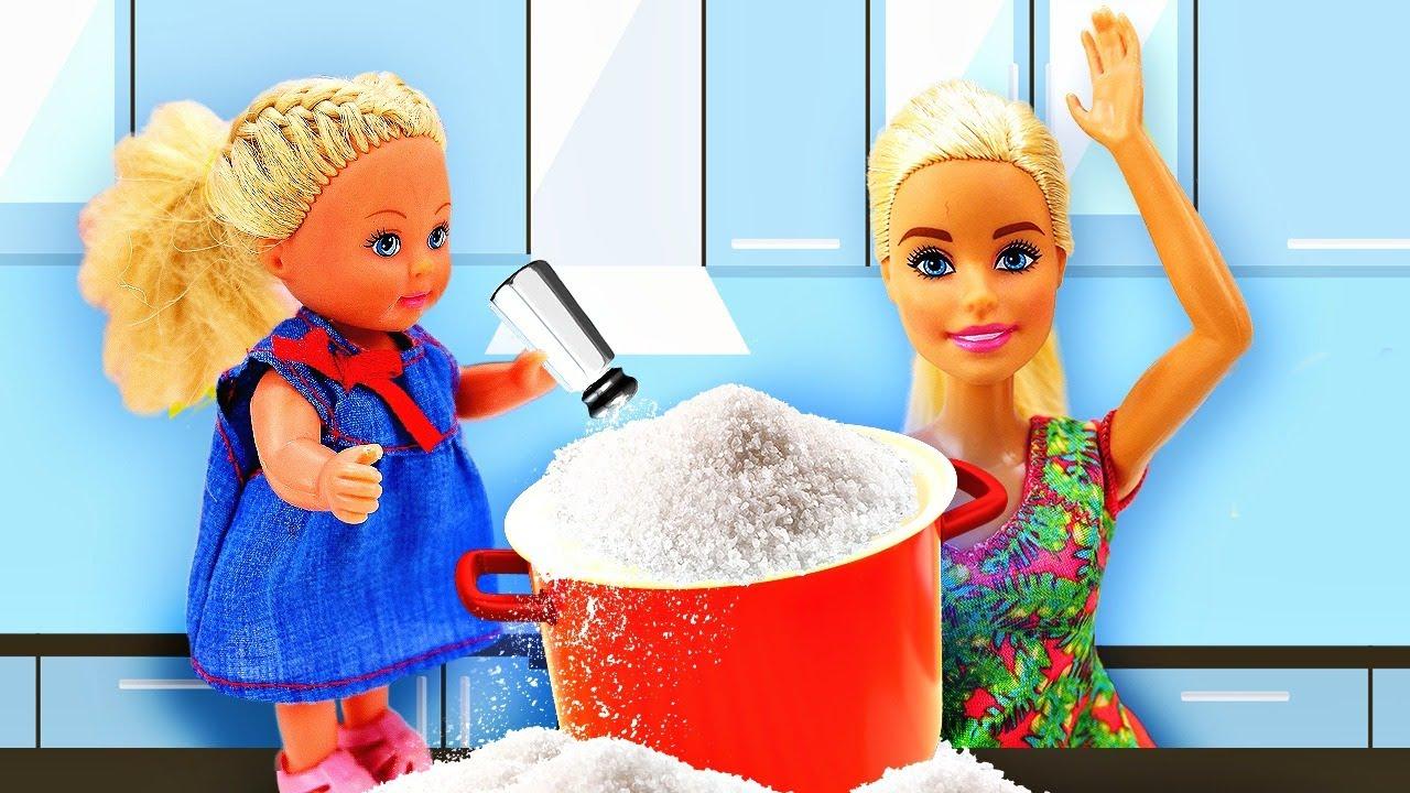 Evie lo estropea todo en la cocina de Barbie. Vídeos de cocina de niñas.