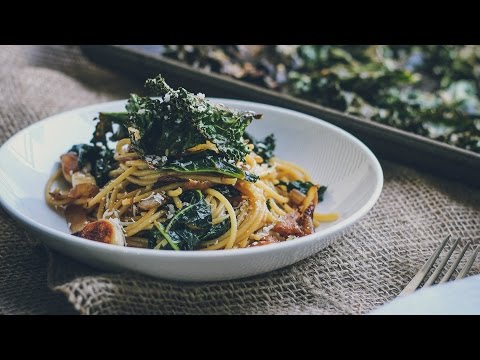 Roasted Garlic & Caramelized Onion Kale Pasta with Spicy Parmesan Kale Chips