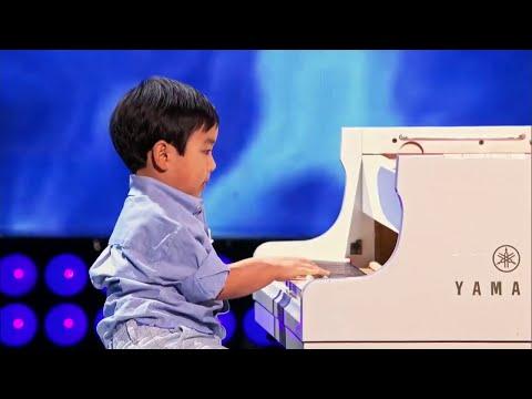 Фантастическая игра на пианино в 4  года / невероятный талант