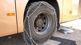 Nasazování zimního řetězu na autobus pomocí nájezdového klínu