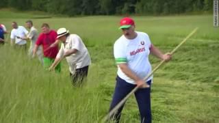 Лукашенко учит Депардье косить траву