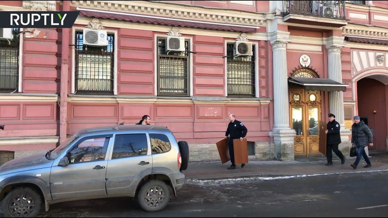 Из консульства США в Санкт-Петербурге вывозят коробки и мебель