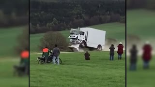 Schwer verletzt: Rettungskräfte schauen Lkw-Fahrer beim Crash zu
