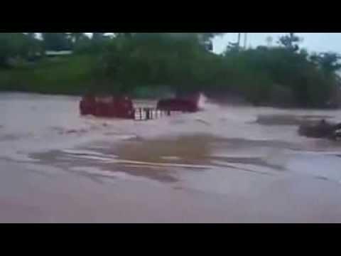 Caminhão tenta atravessar ponte inundada e desaparece no rio